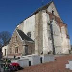 La silhouette atypique de l'église Saint-Crépin de Surques : elle a perdu son chœur et ses croisillons. Le rez-de-chaussée de sa tour reste sa partie la plus ancienne, dont les travaux ont été aidés en 1512 par François de Créquy-Douriez.