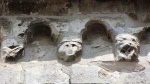 Modillons romans de l'église de Senlis. XIIIe siècle.