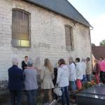 Delphine présentant les traces d'une ancienne nef disparue à l'église Saint-Martin