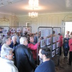 L'exposition de documents et photographies dans le salon
