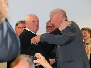Roland Huguet félicitant René après lui avoir remis l'insigne