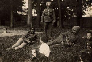 Soldats indiens sur les remparts de Montreuil (Coll. Jean Demont)