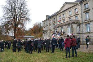 L'assemblée réunie devant le château