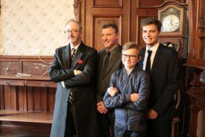 Mark Dixon, en compagnie de ses hôtes, la famille Carlu