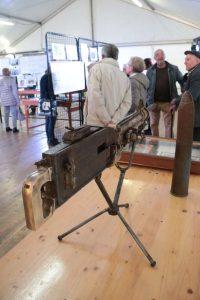 Une mitrailleuse retrouvée enterrée et nettoyée par Marc Dubois, grand spécialiste de l'armement