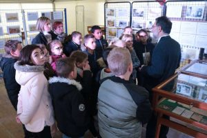 Pascal Legrand expliquant aux enfants la mobilisation de leurs aïeux